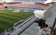 10月7日、スポーツのビデオ判定技術「ホークアイ」の創始者は、このシステムがこれまでサッカーの試合で判定をめぐり起きてきた論争にピリオドを打つことが出来ると述べた。写真は同社がゴール判定用に設置したカメラ。豊田スタジアムで昨年12月撮影(2013年 ロイター/Toru Hanai)