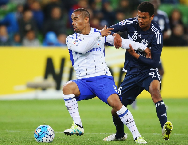 MELBOURNE, AUSTRALIA - MAY 03:  Ademilson of Gamba Osaka (L) and Rashid Mahazi of the Victory compete for the ball during the AFC Champions League match between Melbourne Victory and Gamba Osaka at AAMI Park on May 3, 2016 in Melbourne, Australia.  (Photo by Michael Dodge/Getty Images)