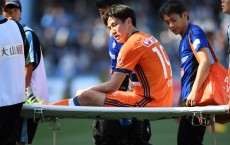 KAWASAKI, JAPAN - MAY 05:  Kisho Yano of Albirex Niigata is stretched off the pitch after being injured during the J.League J1 match between Kawasaki Frontale and Albirex Niigata at Todoroki Stadium on May 5, 2017 in Kawasaki, Kanagawa, Japan.  (Photo by Etsuo Hara/Getty Images)