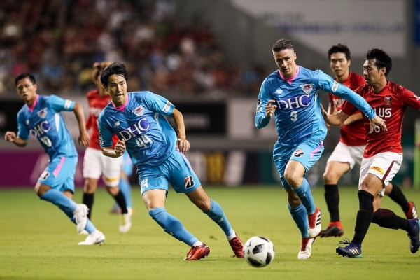 TOSU, JAPAN - AUGUST 11:  (EDITORIAL USE ONLY) #9 Fernando Torres and #44 Kanazaki Mu in action during the J.League J1 match between Sagan Tosu and Urawa Red Diamonds at Best Amenity Stadium on August 11, 2018 in Tosu, Saga, Japan.  (Photo by Zhizhao Wu/Getty Images)