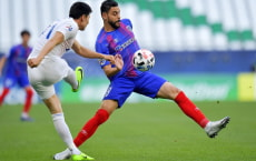 epa08838645 Diego Oliveira (R) of Tokyo in action against Wang Wei (L) of Shenhua during the AFC Champions League group F match between FC Tokyo and Shanghai Shenhua at the Education City Stadium in Al Rayyan, Qatar, 24 November 2020.  EPA/Noushad Thekkayil