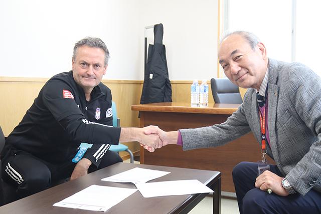 アルビレックス新潟がアルベルト・プッチ・オルトネダ監督との来季契約更新を発表 「これからも目の前の試合で全力を」